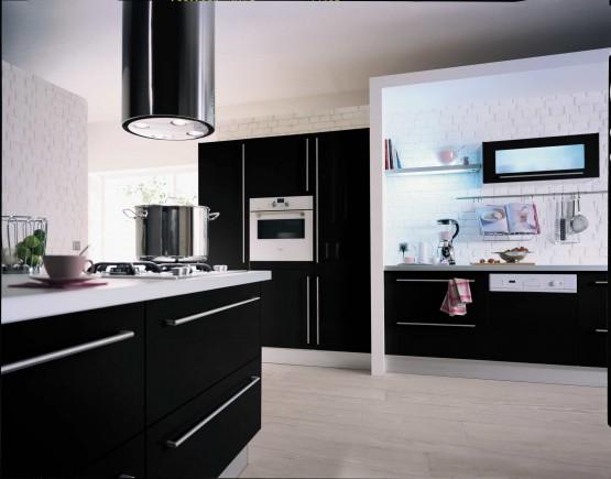Cuisine noire du contraste pour un style chic et moderne for Element de cuisine noir brillant